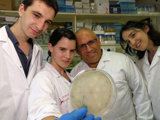 Проф. Ронен Хазан со студентами: лечение инфекций в Израиле